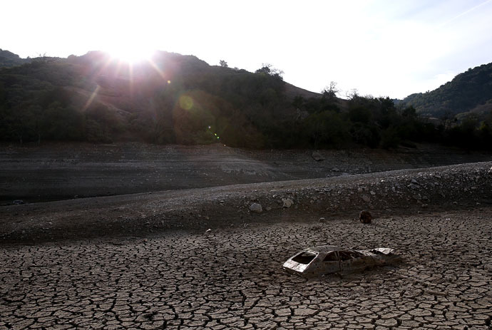 A car sits in dried and cracked earth of what was the bottom of the Almaden Reservoir on January 28, 2014 in San Jose, California. (Justin Sullivan/Getty Images/AFP)