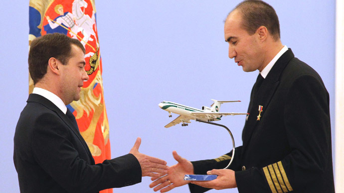 From right: Capitain of aircraft Andrei Lamanov, who received the title Hero of Russia, gives a model of the aircraft to Russian President Dmitry Medvedev at the ceremony presenting state awards to nine members of the crew of Tu-154 that had to make emergency landing in taiga near Izhma.(RIA Novosti / Vladimir Rodionov)