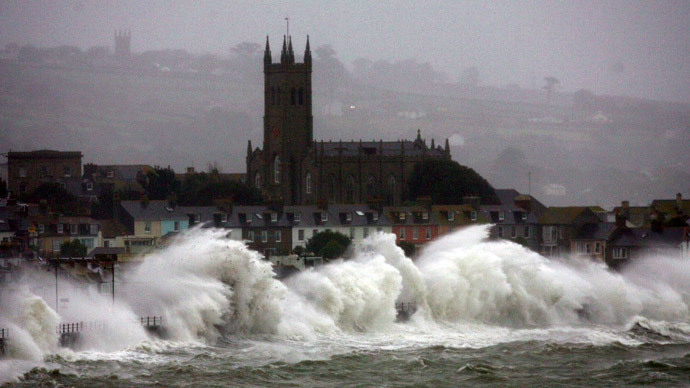 #WeatherBomb: Extreme wind & waves batter northern Britain (VIDEO)