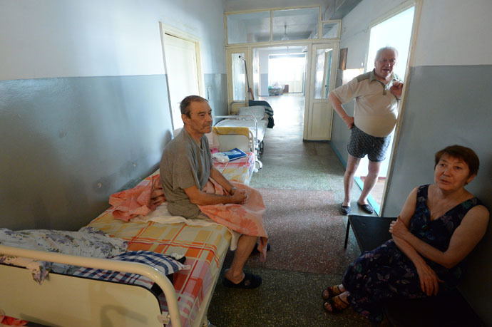 Patients in the corridor of a department in the Gorlovka city hospital. (RIA Novosti/Mikhail Voskresenskiy)