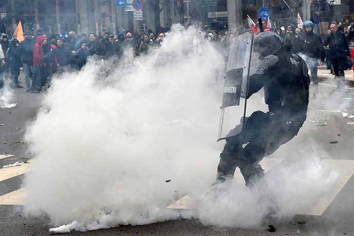 Demonstrators clash with anti riot carabinieri during a march as part of a general strike called by several trade union organisations to protest against the government's economic policy, on December 12, 2014 in Milan (AFP Photo / Giuseppe Cacace)