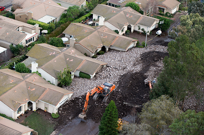 A group of houses are pictured after boulder-strewn rivers of mud swept down hillsides during a winter storm, in Camarillo Springs, California December 12, 2014 (Reuters / Mario Anzuoni)