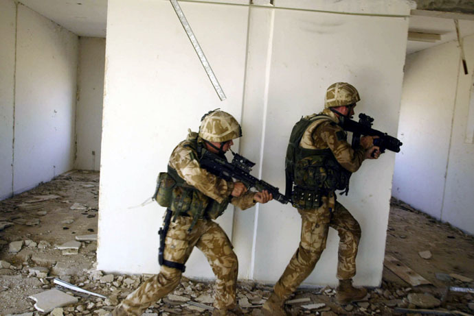 Soldiers with the Black Watch Battlegroup search a building for Iraqi insurgent activity near Camp Dogwood in Iraq, 11 November, 2004. (AFP Photo)