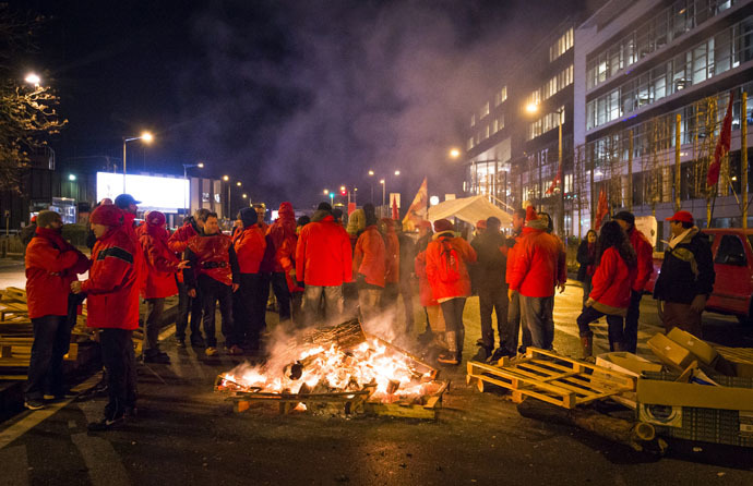 Workers of several Belgian unions block a road in Delta, one of the main entrances to Brussels, during a strike to protest against austerity measures taken by the federal government on December 8, 2014. (AFP/Belga)