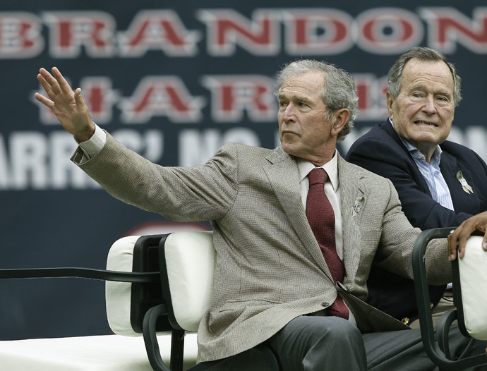 Former Presidents George W. Bush (L) and George H.W. Bush (AFP Photo)