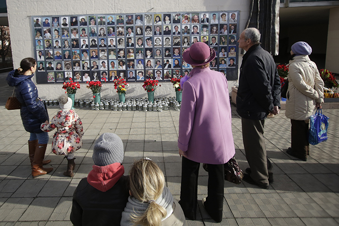 Muscovites mourn dead hostages at the Dubrovka Theater Center of Nord-Ost (RIA Novosti / Alexsey Nichukchin)