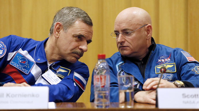 NASA astronaut Scott Kelly (R) and Roscosmos cosmonaut Mikhail Kornienko of Russia give a press conference on December 18, 2014 at the UNESCO in Paris.(AFP Photo / Patrick Kovarik)