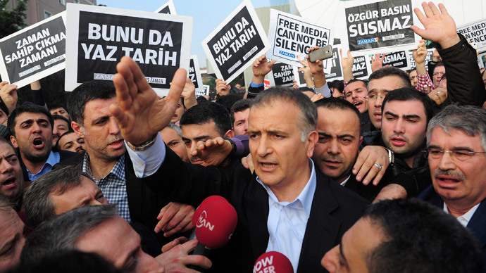 Zaman editor-in-chief Ekrem Dumanli, surrounded by his colleagues and plainclothes police officers (C), reacts as he leaves the headquarters of Zaman daily newspaper in Istanbul December 14, 2014.(Reuters / Yagiz Karahan)