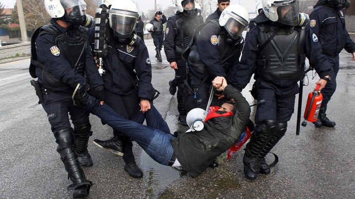 Police arrest a man during a rally making its way to Kizilay Square in the capital Ankara, as mainly teachers demonstrated against the Justice and Development Party (AKP) government's education policy, on December 20, 2014.(AFP Photo / Adem Altan)