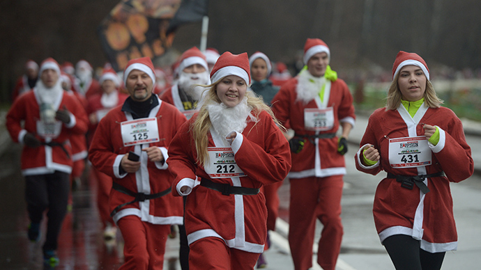 Run, Santa, Run! Charity race raises funds for Christmas presents for ill children (VIDEO)