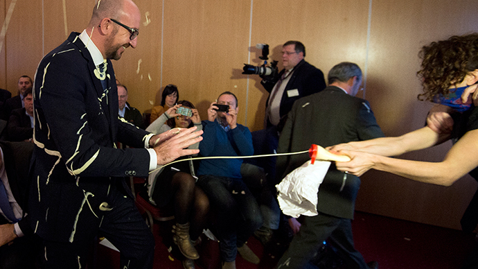 Femen branch pelts Belgian PM with chips and mayo (VIDEO)