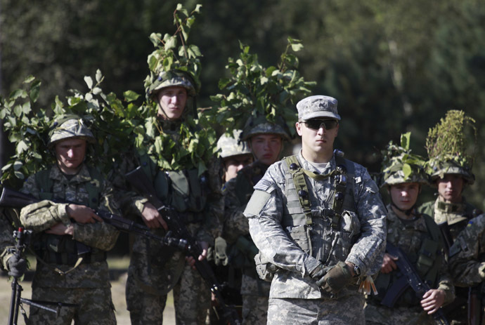 A U.S. serviceman (front), accompanied by Ukrainian soldiers, takes part in military exercises outside the town of Yavoriv near Lviv, September 19, 2014. (Reuters/Roman Baluk)