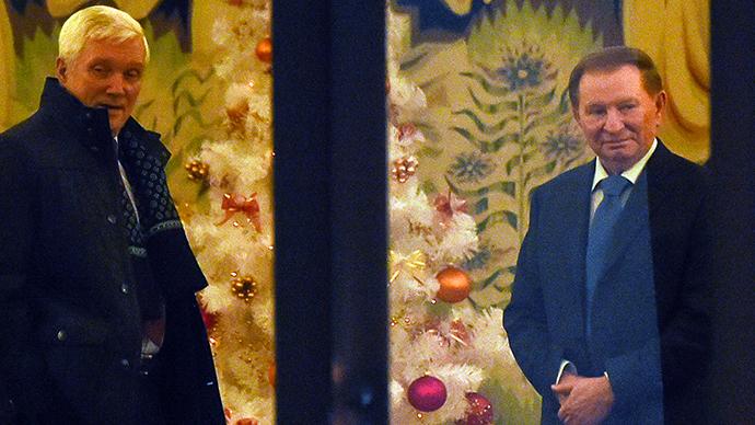 Former Ukrainian president Leonid Kuchma (R) and Russian ambassador to Belarus Alexander Surikov (L) arrive for a new round of talks on resolving the Ukraine conflict in Minsk on December 24, 2014 (AFP Photo / Maxim Malinovsky)