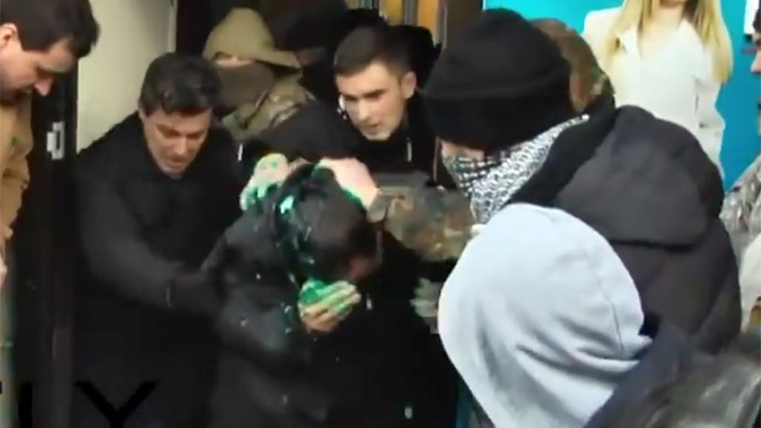 Radical protesters throw 'old regime' official into dumpster in E. Ukraine (VIDEO)