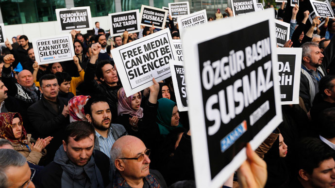 Zaman media group employees hold banners outside the headquarters of Zaman daily newspaper in Istanbul December 14, 2014.( Reuters / Murad Sezer)