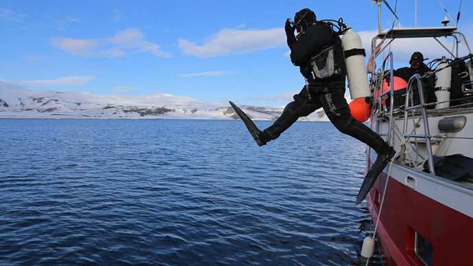 Record-breaking Arctic Ocean ice dive: Russian team plunges 102 meters in subzero water (VIDEO)