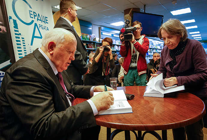 "Former Soviet president Mikhail Gorbachev (L) signs autographs during a presentation of his new book ""After Kremlin"" in Moscow December 26, 2014. (Reuters / Sergei Karpukhin)"