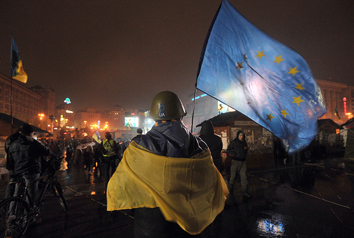 A Pro-EU protester holds a European Union flag during a rally on Independence square in Kiev on January 16, 2014 (AFP Photo)