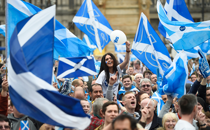 Campaigners wave Scottish Saltires at a 'Yes' campaign rally in Glasgow, Scotland September 17, 2014. (Reuters / Dylan Martinez)