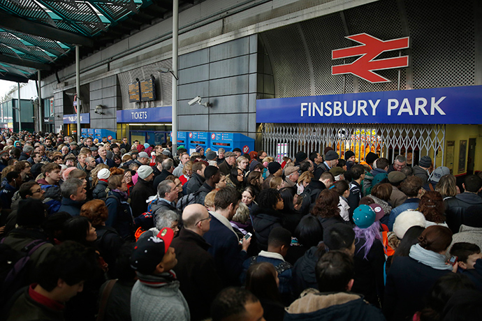 Crowds of passengers queue outside Finsbury Park Station in north London December 27 2014 (Reuters / Luke MacGregor)