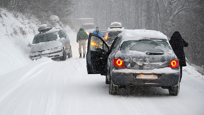 French Alps hit by massive snowfall, thousands of cars stranded (PHOTOS)