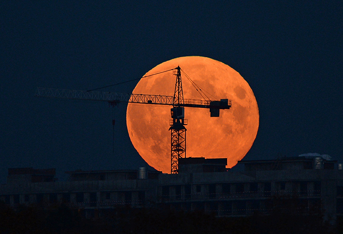The Moon on the day of a total eclipse over North River station in Moscow, October 8, 2014. (RIA Novosti / Maksim Blinov)
