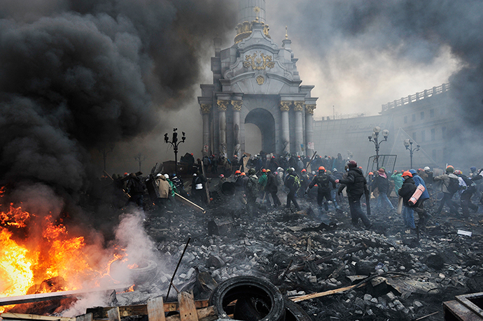 Protesters advance towards new positions in Kiev on February 20, 2014. (AFP Photo / Louisa Gouliamaki)