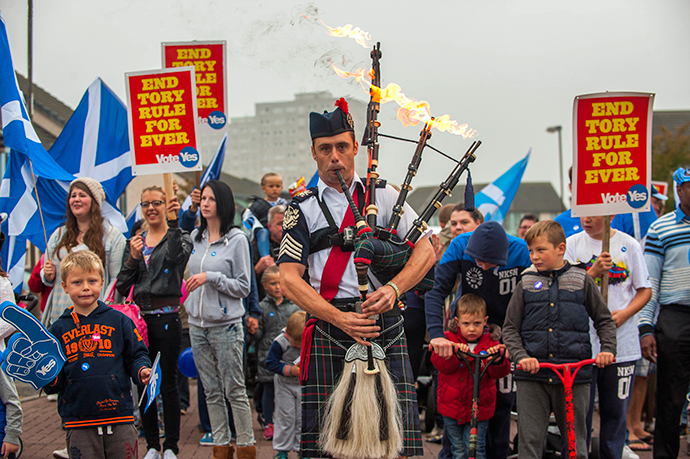 Piper Ryan Randall leads a pro-Scottish independence rally in the suburbs of Edinburgh on September 18, 2014, during Scotland's independence referendum. (AFP Photo / Lesley Martin)