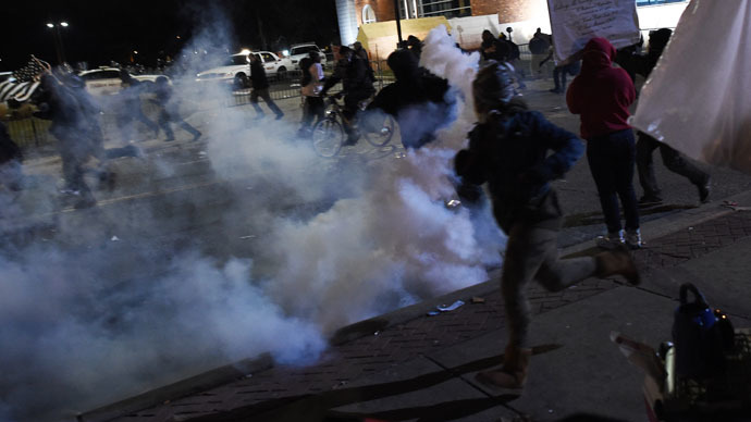 Demonstrators flee as police fire tear gas during a demonstration to protest the death 18-year-old Michael Brown in Ferguson, Missouri (AFP Photo / Jewel Samad)
