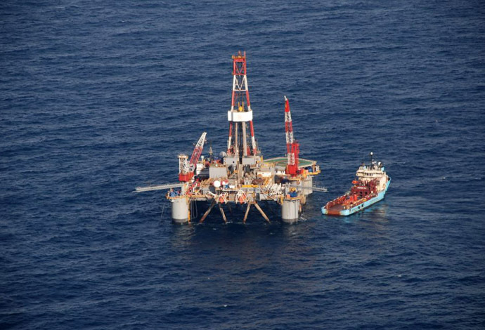 The Ocean Guardian semi-submersible drilling rig floats tethered to the sea floor just three days after beginning its contracted well for Rockhopper Exploration a little more than 100 km (62 miles) offshore from the Falkland Islands. (Reuters/Gary Clement)