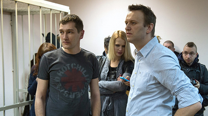 Russian opposition leader Alexey Navalny (R) and his brother and co-defendant Oleg attend the verdict announcement of their fraud trial at a court in Moscow on December 30, 2014 (AFP Photo / Dmitry Serebryakov)