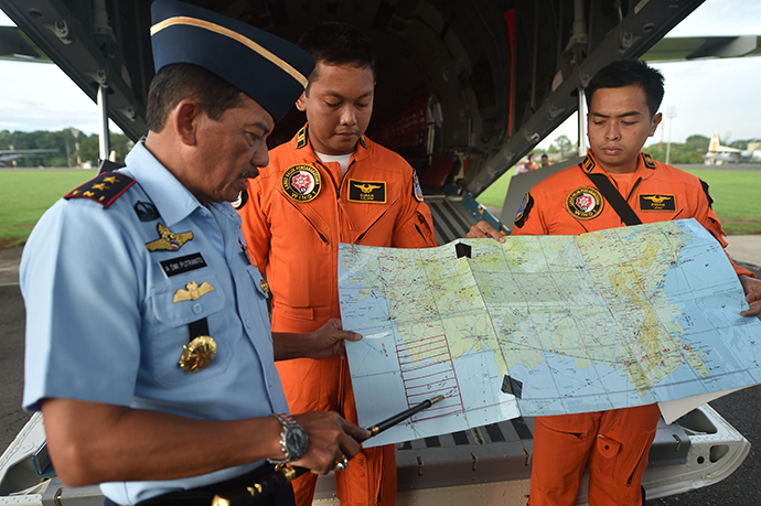 Western Indonesia Air Force operation commander Air Vice Marshal Agus Dwi Putranto (L) briefs crews before a search and rescue operation for the missing AirAsia flight QZ8501, in Jakarta on December 30, 2014 (AFP Photo)