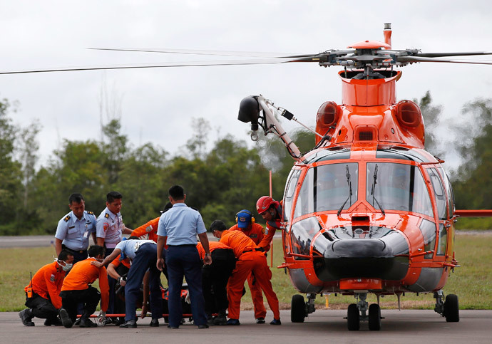 Indonesian Search and Rescue crews unload one of two bodies of AirAsia passengers recovered from the sea, at the airport in Pangkalan Bun, Central Kalimantan, December 31, 2014.(Reuters / Darren Whiteside)