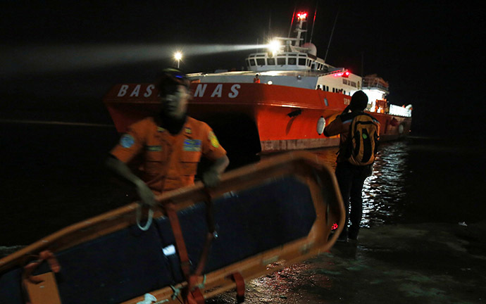 A Search and Rescue team member carries a stretcher as he gets ready to board SAR ship Purworejo for search operations for passengers onboard AirAsia flight QZ8501 at Kumai port, Pangkalan Bun district December 31, 2014. (Reuters/Beawiharta)