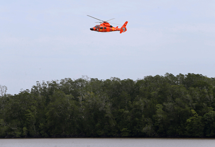 A helicopter flies over the Karimata Strait during a search operation for passengers of AirAsia QZ8501 January 3, 2015 (Reuters / Beawiharta)