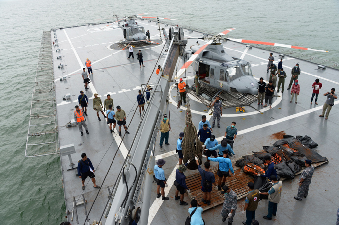 Indonesian Navy personnel evacuate recovered dead bodies of passengers from AirAsia flight QZ8501, on the the deck of the Indonesian Navy vessel KRI Banda Aceh, at sea January 3, 2015 (Reuters / Adek Berry)