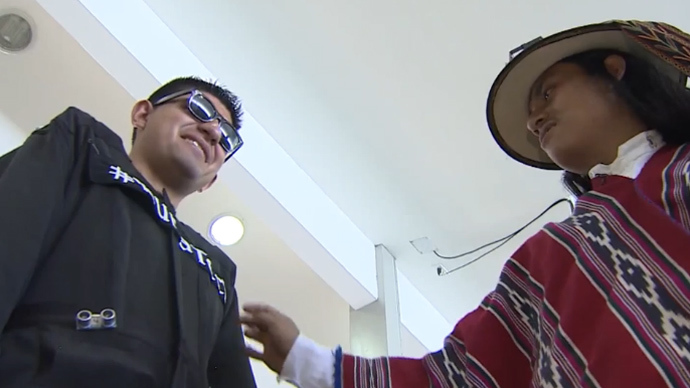 A blind man in the Runa Tech suit (L) and inventor Inti Condo. (Screenshot from RT video)