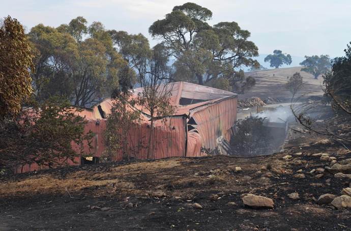 A general view shows a shed destroyed during bushfires in Upper Hermitage in the Adelaide Hills on January 3, 2015 (AFP Photo / Brenton Edwards)