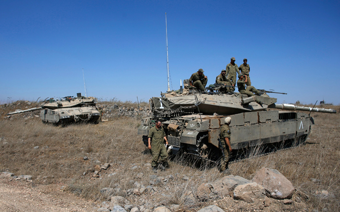 Israeli soldiers gather around a tank near the Quneitra border crossing on the Israeli-occupied Golan Heights August 28, 2014 (Reuters / Ronen Zvulun)