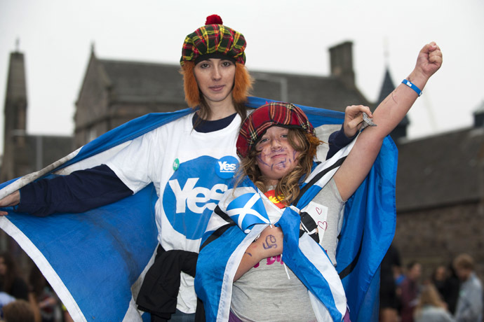 Pro-independence campaigners gather outside the Scottish Parliament in Edinburgh on September 18, 2014, during Scotland's independence referendum. (AFP Photo)