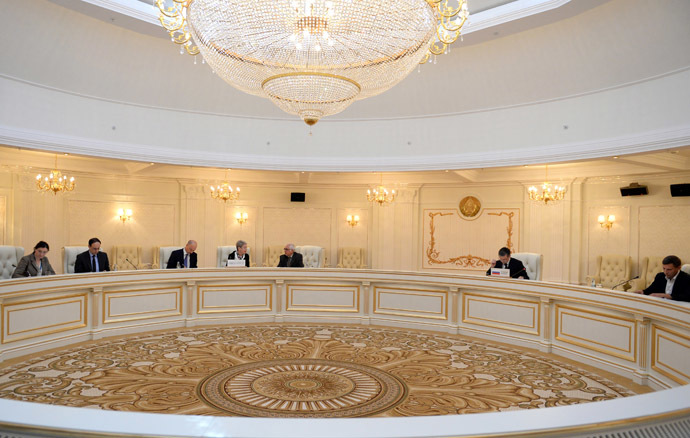 Negotiators of a contact group on Ukraine in Minsk on September 5, 2014. (AFP Photo)