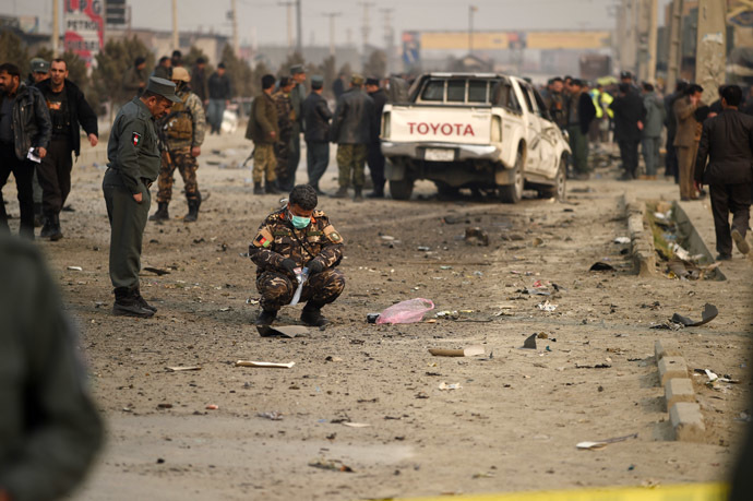 Afghan security personnel inspect the scene of a suicide attack on a European Union police vehicle along the Kabul-Jalalabad road in Kabul on January 5, 2015. (AFP Photo)