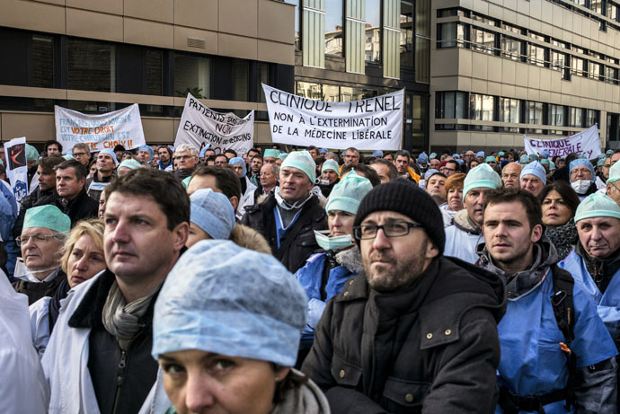 French general practitioners demonstrate, on January 5, 2015 in Lyon, to protest against an upcoming health bill centred around a change to the system of payments. (AFP Photo)
