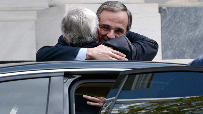 Greek Prime Minister Antonis Samaras (R) welcomes European Commission head Jean-Claude Juncker.(AFP Photo / Louisa Gouliamaki)