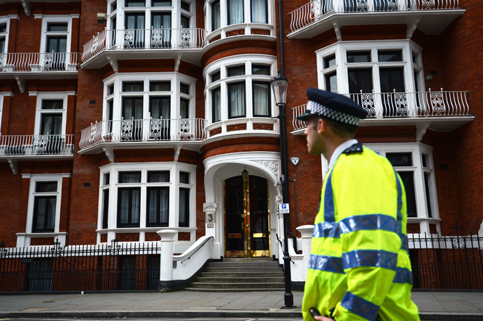 A police officer stands outside the Ecuadorian embassy in London, where Wikileaks founder Julian Assange has been claiming asylum for over 2 years. (AFP Photo / Carl Court)