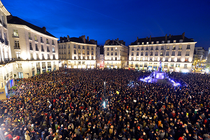 People gather at the Place Royale in Nantes on January 7, 2015 (AFP Photo / Georges Gobet)