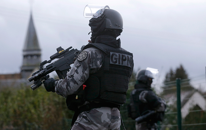 Members of the French GIPN intervention police forces secure a neighbourhood in Corcy, northeast of Paris January 8, 2015 (Reuters / Christian Hartmann)
