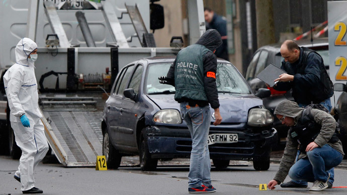 Police investigators work at the scene of a shooting in the street of Montrouge near Paris January 8, 2015.( Reuters / Charles Platiau)