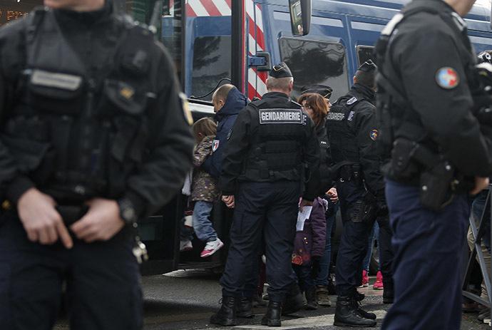 School children evacuated near the scene of a hostage taking in Dammartin-en-Goele, northeast of Paris January 9, 2015. (Reuters/Eric Gaillard)