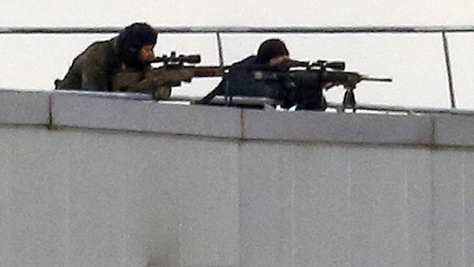 Special forces sharp shooters take position on a rooftop of the complex in Dammartin-en-Goele, northeast of Paris January 9, 2015. (Reuters/Eric Gaillard)